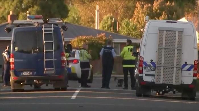 Polisi New Zealand siaga di lokasi temuan peledak (TVNZ via Reuters)