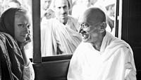 Ia juga mengunggah foto kala berbincang-bincang dengan Mahatma Gandhi. Dok. Instagram/floraborsiofficial