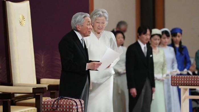 Kaisar Akihito saat menyampaikan pidato terakhir dengan didampingi Permaisuri Michiko (Reuters)