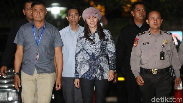 Bupati Kepulauan Talaud Sri Wahyumi Maria Manalip yang terjaring operasi tangkap tangan (OTT) tiba di KPK, Jakarta, Selasa (30/4/2019).