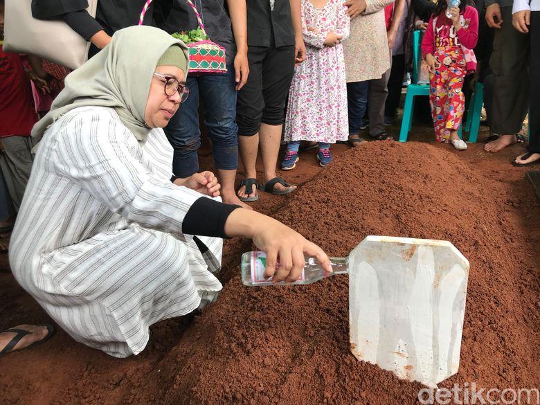 Pemakaman Eddy Riwanto yang dilakukan di TPU Kampung Rawa Sapi, Bekasi, Jawa Barat pada Selasa (30/4).