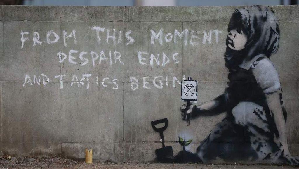 Mural Anak Perempuan Muncul di Bekas Lokasi Demo London, Punya Banksy?