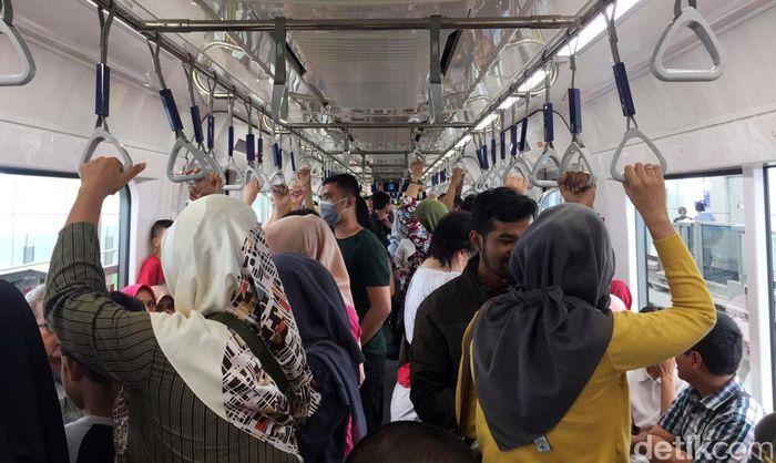 Menurut pantauan detikFinance, Rabu (1/5/2019) Stasiun MRT Lebak Bulus ramai oleh penumpang yang ingin menghabiskan hari liburnya dengan menggunakan MRT. Bahkan, masih banyak penumpang yang baru pertama kali menggunakan MRT.