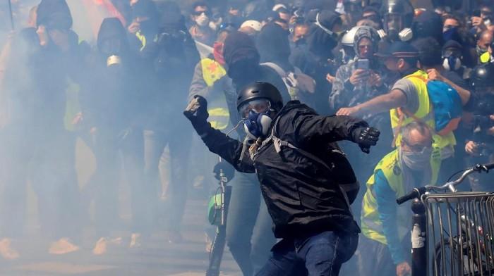 Gerombolan anarkis memicu tembakan gas air mata dalam aksi May Day di Paris (REUTERS/Gonzalo Fuentes)