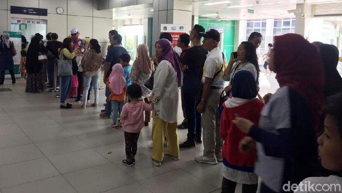 Antrean tiket MRT saat libur hari buruh/Foto: Vadia Lidyana