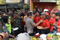 Sebelum Aksi, Buruh Bandung dan Sumedang Potong Tumpeng Bersama