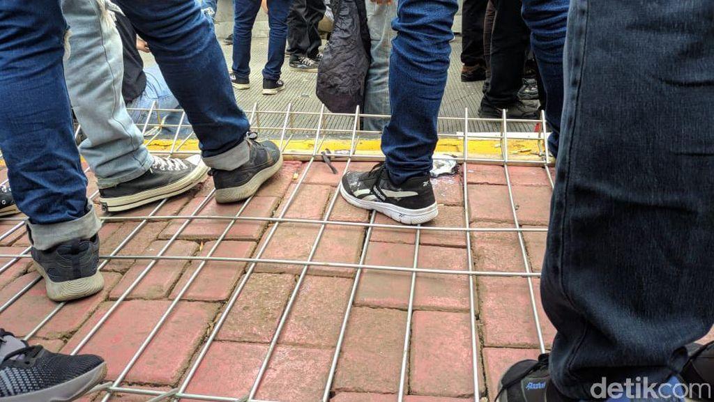 Dorong-dorongan Massa Buruh Vs Polisi, Pagar Halte Tosari Ambruk