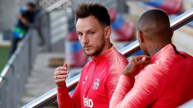 Menit bermain Ivan Rakitic di Barcelona terancam terpangkas dengan kehadiran gelandang anyar, Frenkie de Jong. (