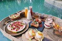 Tiru Gaya Floating Breakfast Bali, Pria Ini Malah Sarapan di Selokan