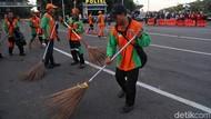 Petugas Bersihkan Sampah Usai Aksi Buruh