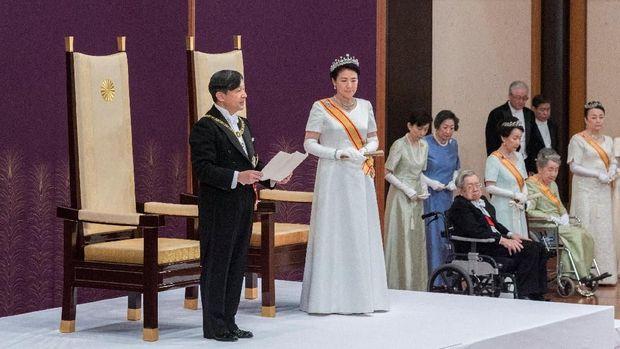 Kaisar Jepang Naruhito bersama Permaisuri Masako saat menyampaikan pidato pertamanya