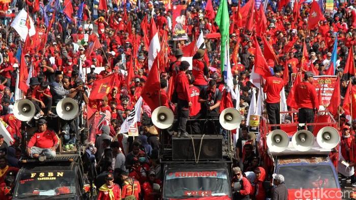 Sejumlah buruh masa aksi May Day memadati Patung Kuda, Jakarta, Rabu (1/5/2019). Di antara mereka ada yang membawa replika mesin jahit raksasa.