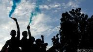 Petasan Hingga Flare Tutup Aksi May Day di Jakarta