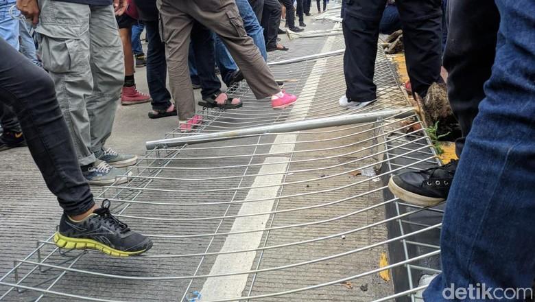 Polisi Usut Massa Berbaju Hitam-hitam Perusak Pagar Halte Tosari