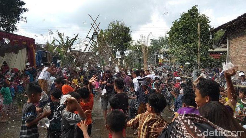 Meriahnya Bajong Banyu, Perang Air Jelang Puasa di Magelang