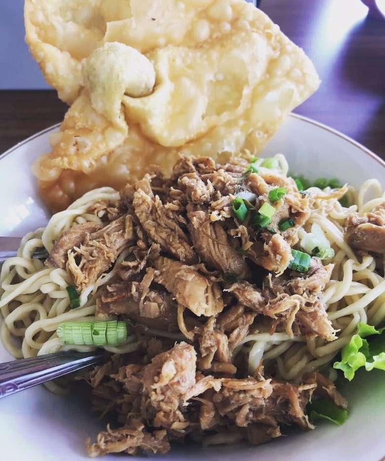 Pangsit gorengnya mantap benar. Mie ayam gaya Surabaya ini dilengkapi suwiran ayam yang royal. Nyam! Foto: Instagram @esternugroho