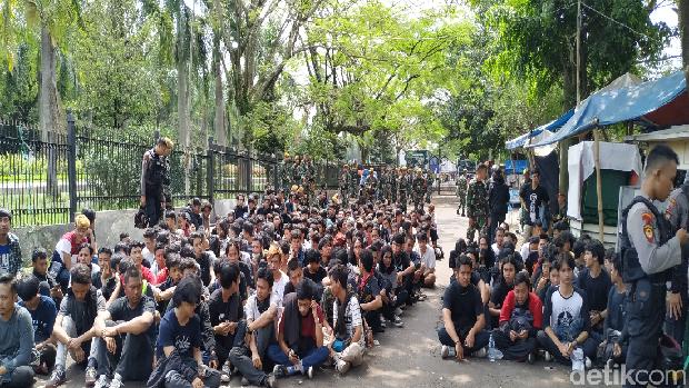 Massa berbaju hitam-hitam di Bandung /