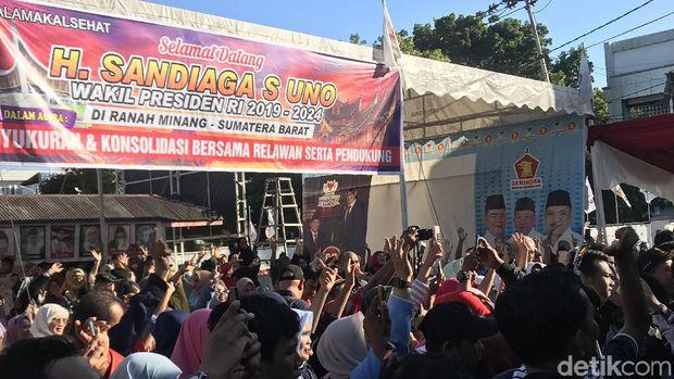 Sandiaga Disapa 'Pak Wapres' di Padang