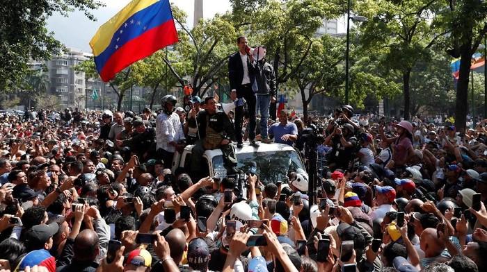 Juan Guaido berpidato di tengah para pendukungnya (Foto: REUTERS/Carlos Garcia Rawlins)