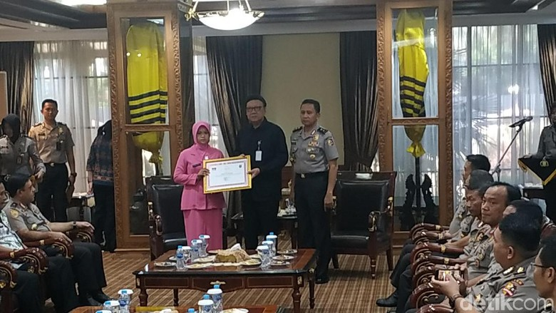 Mendagri Beri Penghargaan ke Ahli Waris Polisi Pengawal Pemilu yang Gugur