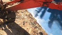 Waduh! Air Kali di Jaktim Ini Mendadak Jadi Biru