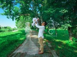Kisah Haru di Balik Foto Viral Suami Bersama Arwah Istri yang Telah Tiada