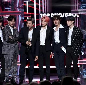 BTS Tampil Klasik Pakai Tuksedo Alexander McQueen di Billboard Music Awards