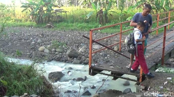 Kerusakan jembatan yang jadi akses anak SDN Jabungan, Semarang. Foto: Angling Adhitya Purbaya/detikcom