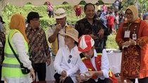 Jokowi Belah Duren, Ajak Iriana dan Warga Makan Bersama