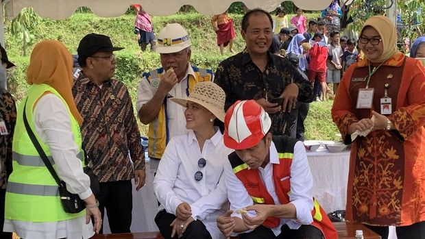 Usai peresmian Bendungan Gondang, Presiden Joko Widodo (Jokowi) dan Ibu Negara Iriana mencicipi durian