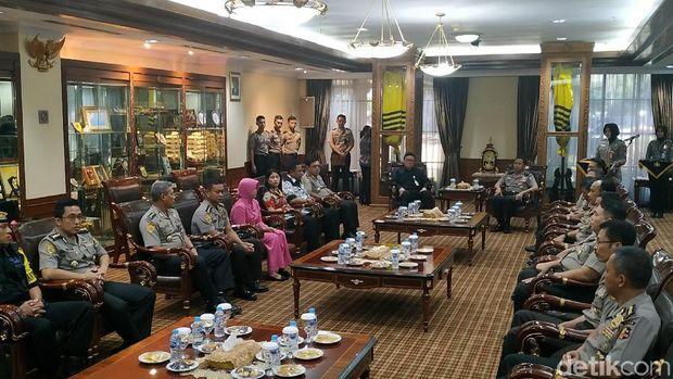 Menteri Dalam Negeri (Mendagri) Tjahjo Kumolo menyerahkan piagam tanda penghargaan kepada 22 ahli waris anggota Polri yang gugur dalam tugas pengamanan Pemilu 2019.