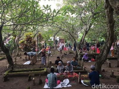 Mengintip Nyekar Berjemaah di Mojokerto Sambut Ramadan
