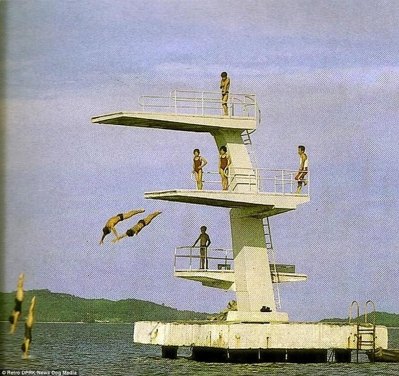 Foto-foto ini diambil sebelum jatuhnya Uni Soviet. Dan kala itu, hanya orang-orang komunis yang diizinkan untuk masuk ke Korea Utara.Para wisatawan pun bisa menikmati fasilitas menikmati berenang di laut. (Foto: Retro DPRK/News Dog Media)