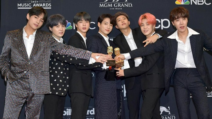 LAS VEGAS, NEVADA - MAY 01:  J-Hope, V, Jungkook, Jimin, Suga, Jin, and RM of BTS pose with the awards for Top Duo Group and Top Social Artist in the press room during the 2019 Billboard Music Awards at MGM Grand Garden Arena on May 01, 2019 in Las Vegas, Nevada. (Photo by Amy Sussman/Getty Images for dcp)