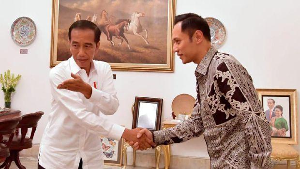 Pada saat yang sama, Presiden Jokowi bertemu dengan politikus Partai Demokrat AHY di Istana Merdeka, Jakarta, Kamis (2/5).