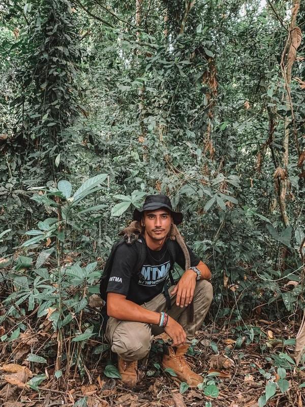 Denny Sumargo dan Vincent Verhaag menemukan bekas cakar hewan yang diduga macan dahan. Mereka juga menemukan kotoran orangutan selama perjalanan. (MTMA)