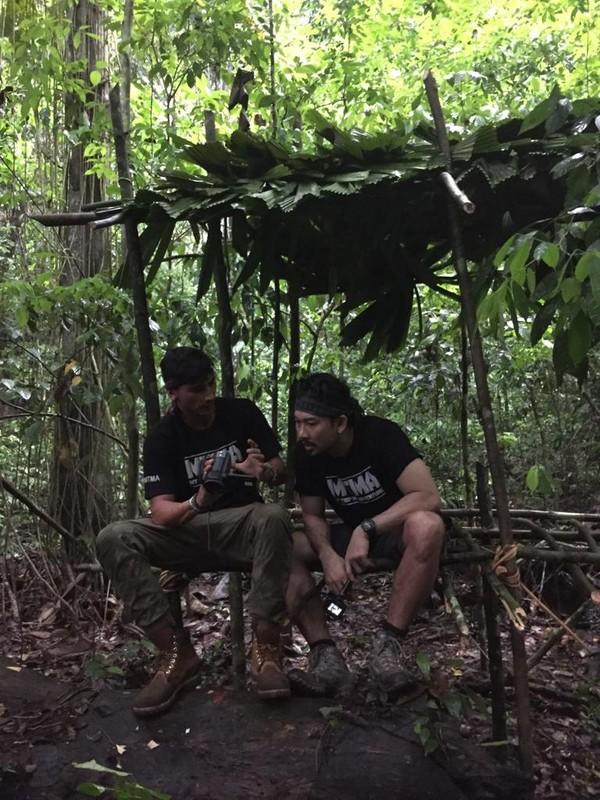 Denny Sumargo dan Vincent Verhaag membangun shelter dan memakan hewan apa saja yang mereka temui selama survival di hutan Borneo. (MTMA)