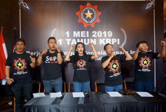 Ketua Umum Konfederasi Rakyat Pekerja Indonesia (KRPI) Rieke Diah Pitaloka dan Ketua Sektor Pekerja Maritim KRPI Nova Hakim menggelar diskusi bersama buruh yang tergabung dalam KRPI dalam rangka Memperingati Hari Buruh Internasional (May Day) 2019 di Suabaya, Jawa Timur, Rabu (1/5). Foto: dok. KRPI