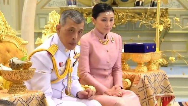 Raja Vajiralongkorn bersama Ratu Suthida