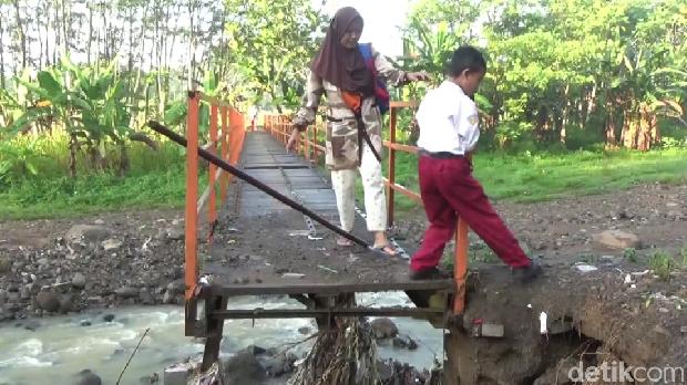 Jembatan yang jadi akses siswa SDN Jabungan Semarang rusak.