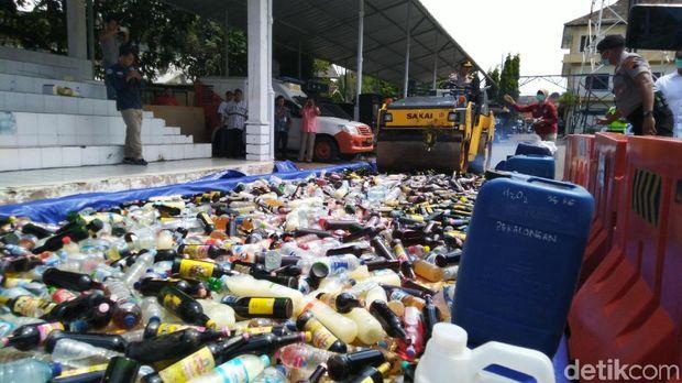 Pemusnahan ribuan botol miras di lapangan Mapolrestabes Semarang.