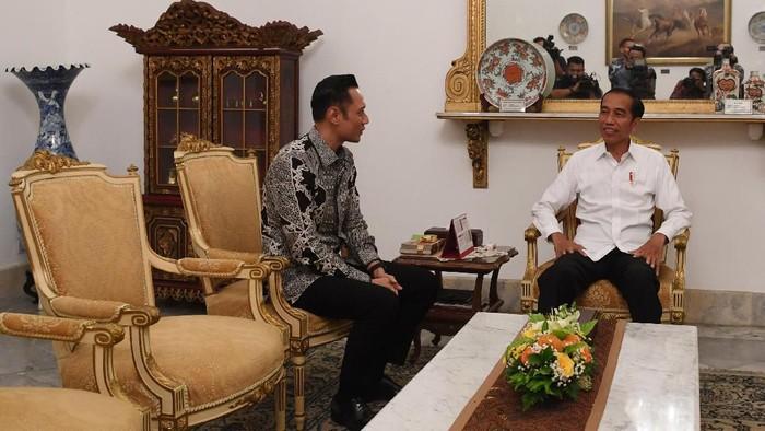 Agus Harimurti Yudhoyono (AHY) bertemu dengan Presiden Joko Widodo di Istana Merdeka, Jakarta. Seperti apa momen kebersamaan keduanya?