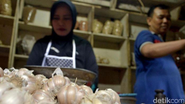 Menjelang Ramadan sejumlah harga kebutuhan dapur mulai mengalami kenaikan. Bawang putih jadi salah satu bahan makanan yang naik hingga mencapai Rp 53 ribu.