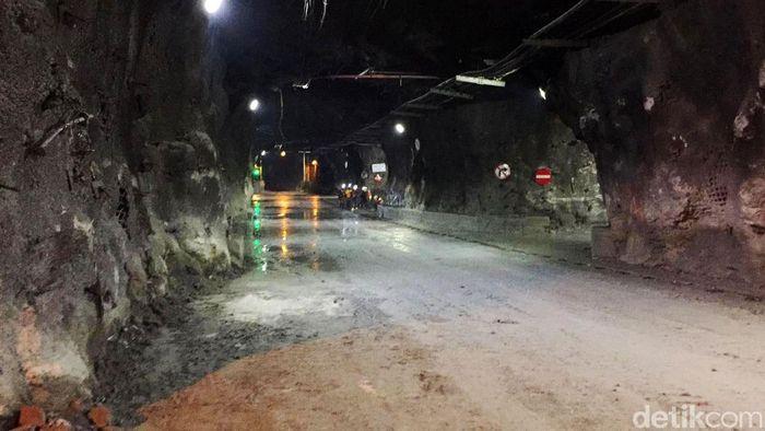 Pintu masuk tambang bawah tanah Freeport yang harus melewati dua terowongan besar.