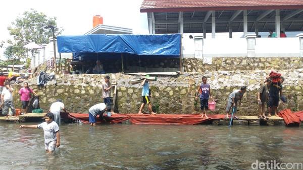 Tak hanya mencuci karpet masjid, banyak juga anak-anak yang berenang di sekitaran Sungai Muncul (Aji Kusuma/detikcom)