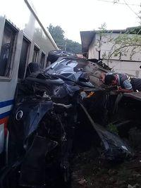 Tertabrak Kereta di Merak, Mobil MPV Terjepit di Antara Gerbong dan Rumah