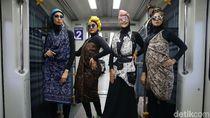 Unik! Bukan di Catwalk, Para Model Ini Fashion Show di Kereta Bandara
