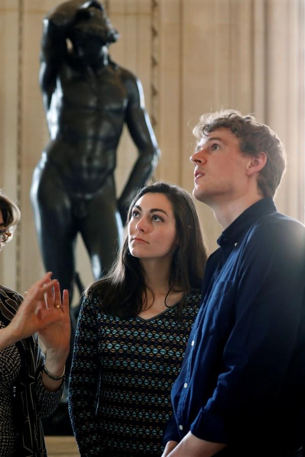 Selama ikut tur keliling Museum Louvre ini, mereka akan ditemani pemandu yang menjelaskan segala benda seni di museum ini. Seisi Louvre seperti milik berdua! (Reuters)