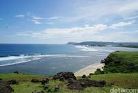 Kapanpun traveler bisa datang ke sini. Baik itu pagi, siang atau sore. Bukit Merese juga salah satu tempat terbaik di Lombok untuk melihat sunset. (Syanti/detikcom)