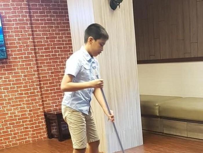 Nino, anak bos di kantor asuransi viral karena bekerja jadi OB. Foto: Dok. Twitter @@Chellendah